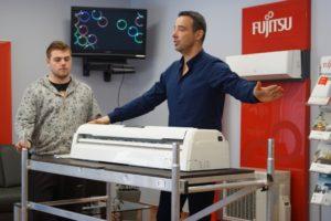 Nowech Chłodnictwo Klimatyzacja: Leszek Nowak, właściciel, prezentuje budowę wewnętrznej jednostki klimatyzacji FUJITSU.